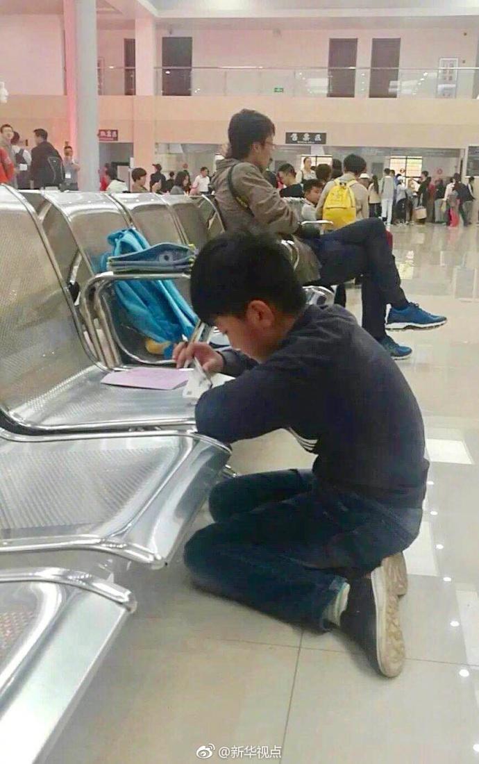 孩子跪在景区写作业 父亲在不远处执勤湖北日报图片