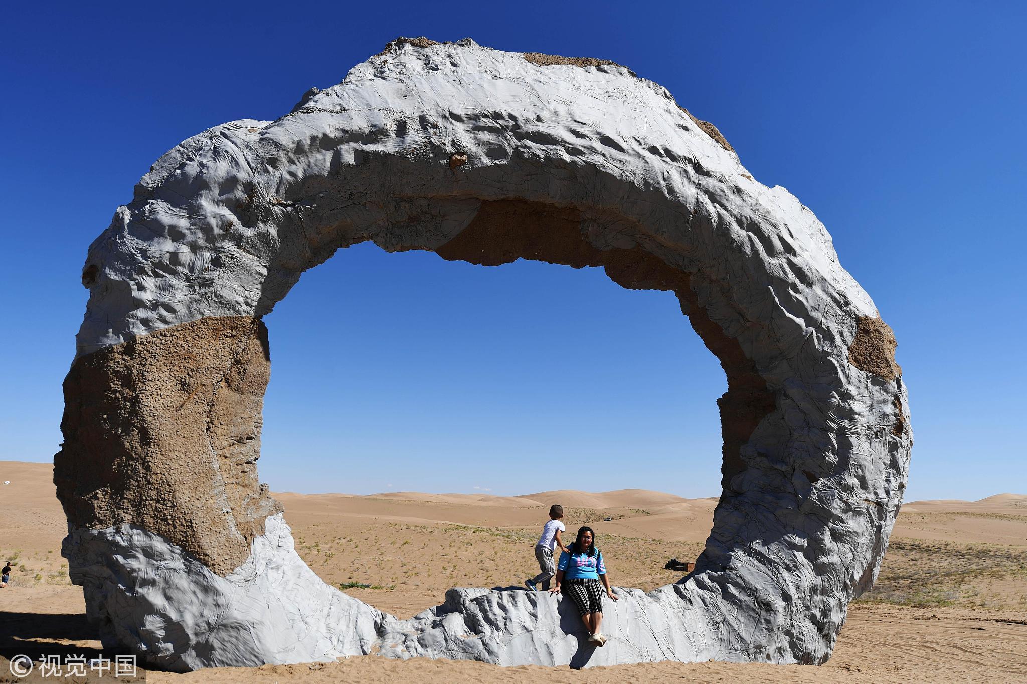 2018年8月22日,向全球征集创作的26件雕塑作品亮相甘肃民勤县的大沙漠中,展现自然与艺术的完美结合。作品接纳GRC、不锈钢、碳钢板、铸铁、铸铜、石材、水泥等材质,充实展现雕塑的艺术魅力、沙漠的众多壮观以及民勤防沙治沙深厚的文化蕴含。 本组图文来源:视觉中国  2018年8月22日,向全球征集创作的26件雕塑作品亮相甘肃民勤县的大沙漠中,展现自然与艺术的完美结合。作品接纳GRC、不锈钢、碳钢板、铸铁、铸铜、石材、水泥等材质,充实展现雕塑的艺术魅力、沙漠的众多壮观以及民勤防沙治沙深厚的文化蕴含。   来源