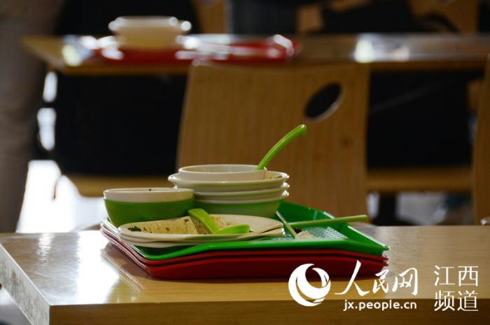 """这是学生们就餐结束后留下的""""光盘""""。"""
