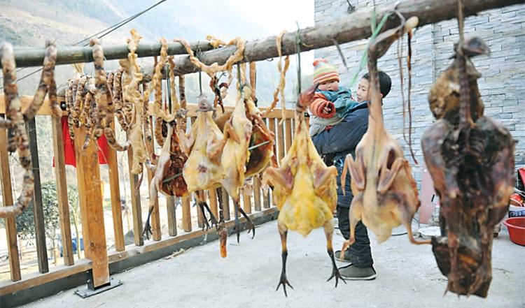 市民将香肠腊肉挂满了整个阳台.jpg
