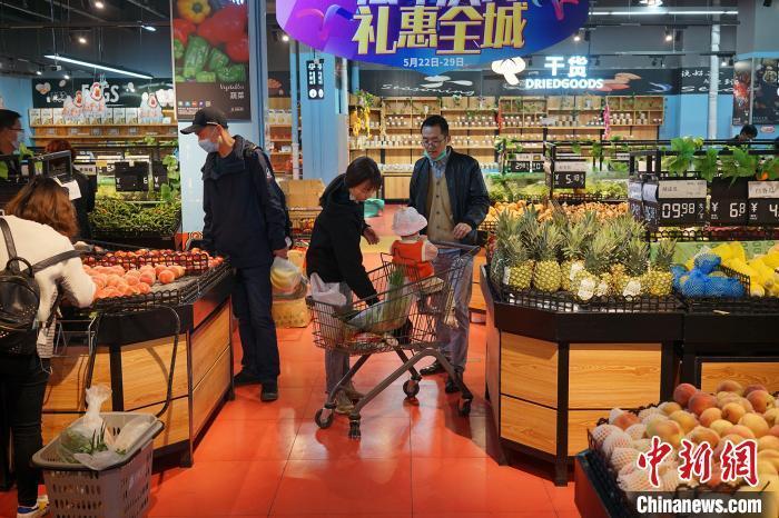 6月6日,拉萨民众在超市选购商品。 江飞波 摄