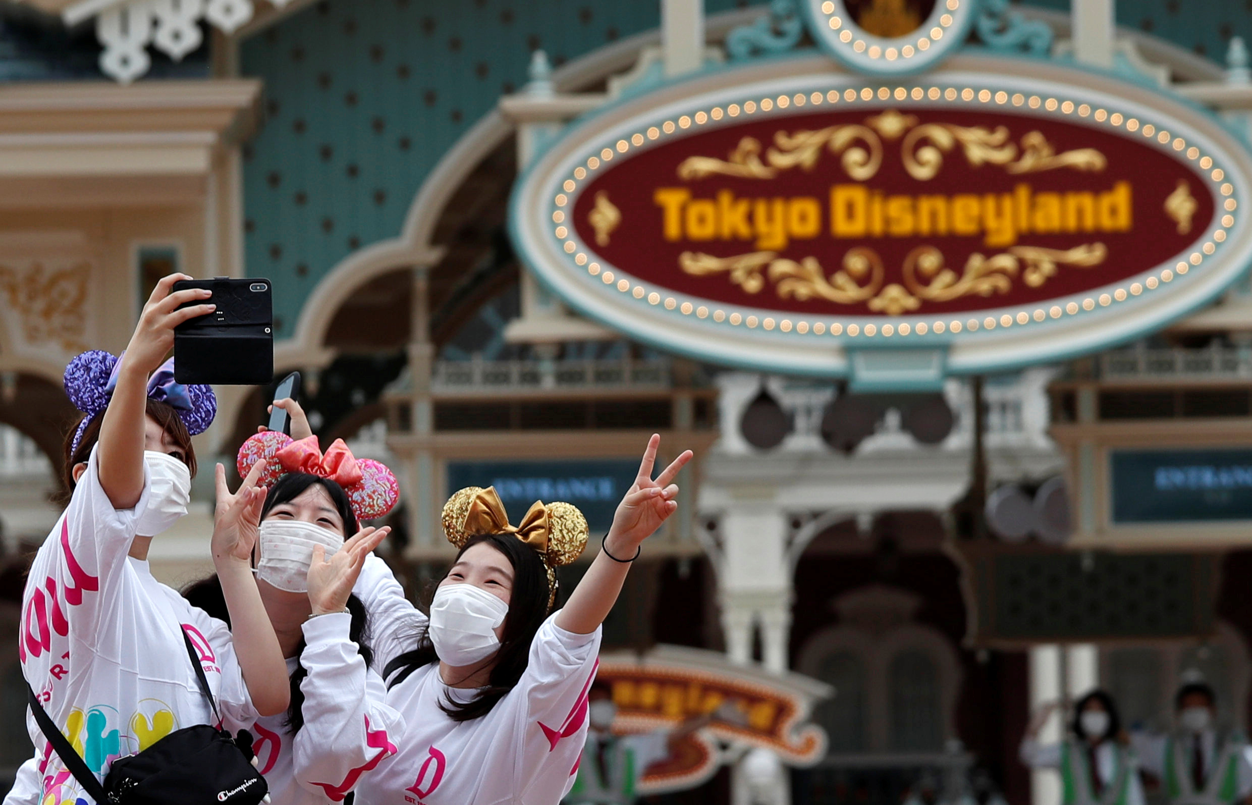 央视新闻客户端|东京迪士尼今起恢复营业 实行预约制 控制游