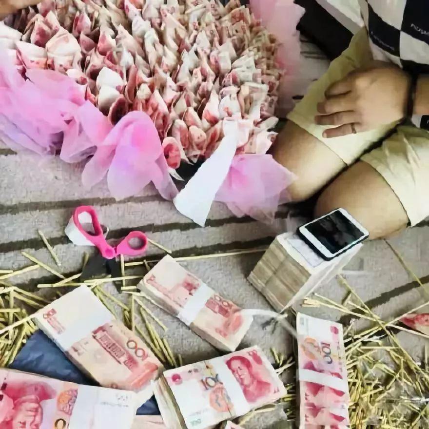 北京赛车能不能作弊:重庆男子用33万现金做成花送给女友庆生_银行:涉嫌违法