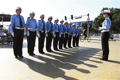 地表50℃ 执勤女交警把自己站成最美的风景