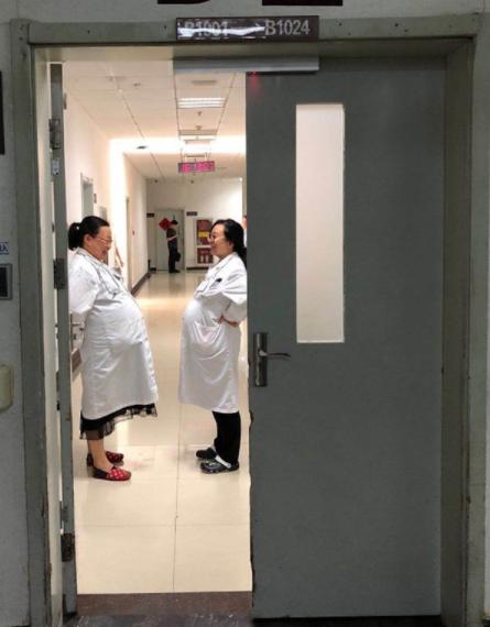 大通彩票怎么注册:西安2名女医生挺大肚相视而笑照片走红:这是急诊科常态