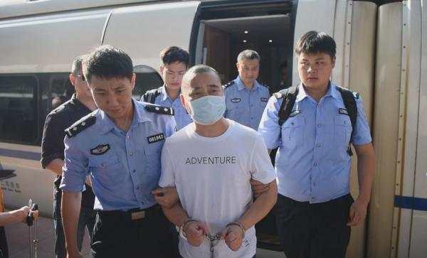 2018 年5月15 日,民警把危月蒙押送回怀化。 受访者供图
