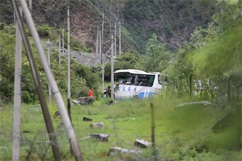 四川松潘縣一旅游大巴車被飛石擊中 致8死16傷