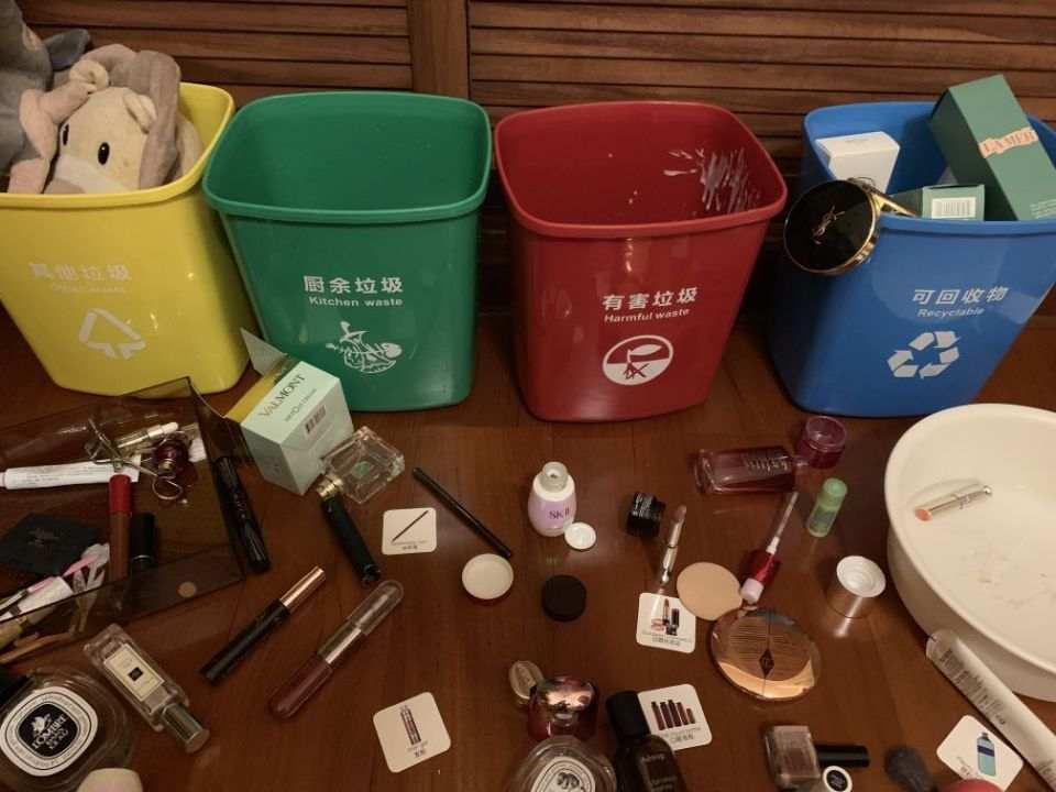 崩潰!男童將媽媽化妝品垃圾分類:限量版口紅被掰斷