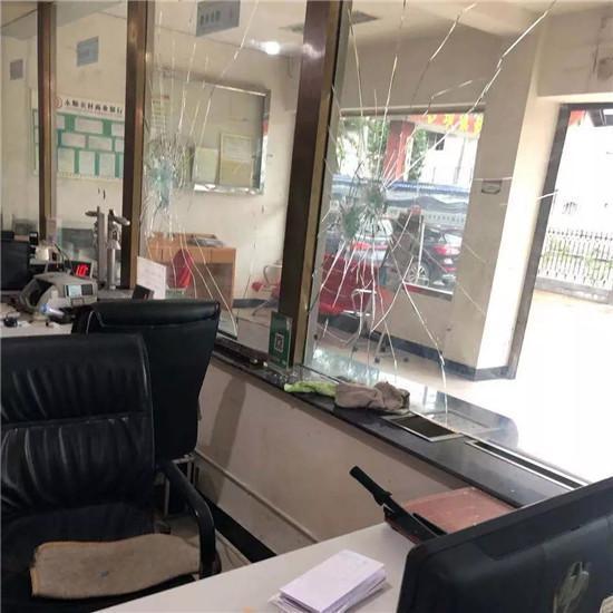 因征信问题贷款被拒,永顺一男子拿斧头打砸银行... 新湖南www.hunanabc.com