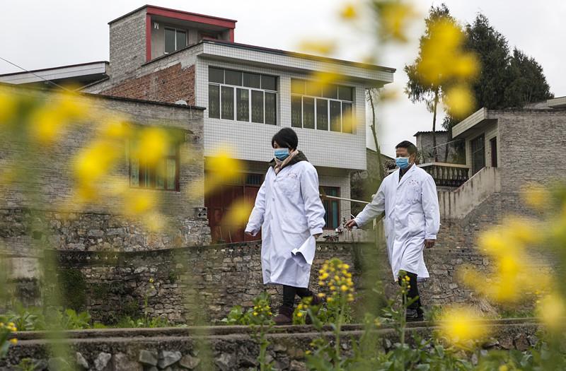 2020年1月28日,贵州省毕节市黔西县洪水镇医务人员进村入户排查返乡农民工新型冠状病毒感染的肺炎情况。IMG_7691_副本.jpg?x-oss-process=style/w10