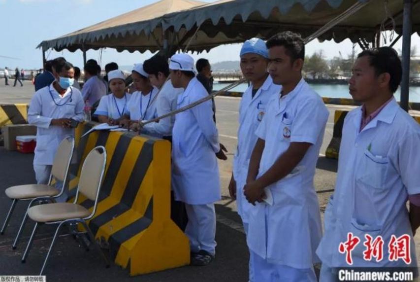 疫情之下2200余人受困海上12天 柬埔寨让他们靠岸