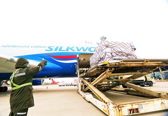 2月21日,郑州新郑国际机场,货运航班的工作人员正在紧张的忙碌中。朱佩娴 霍亚平摄影报道 (6)_副本.jpg?x-oss-process=style/w10