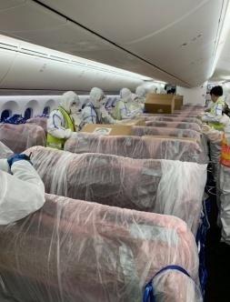 英国内阁大臣:2500万套防护服将从中国运抵英国