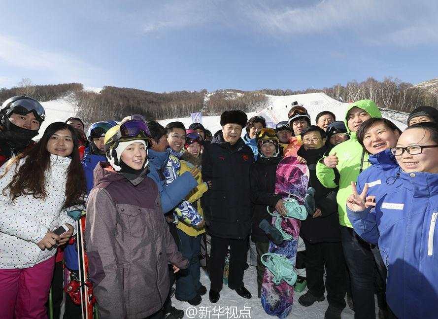 3-1习近平在张家口云顶滑雪场同滑雪爱好者合影。.jpg?x-oss-process=style/w10