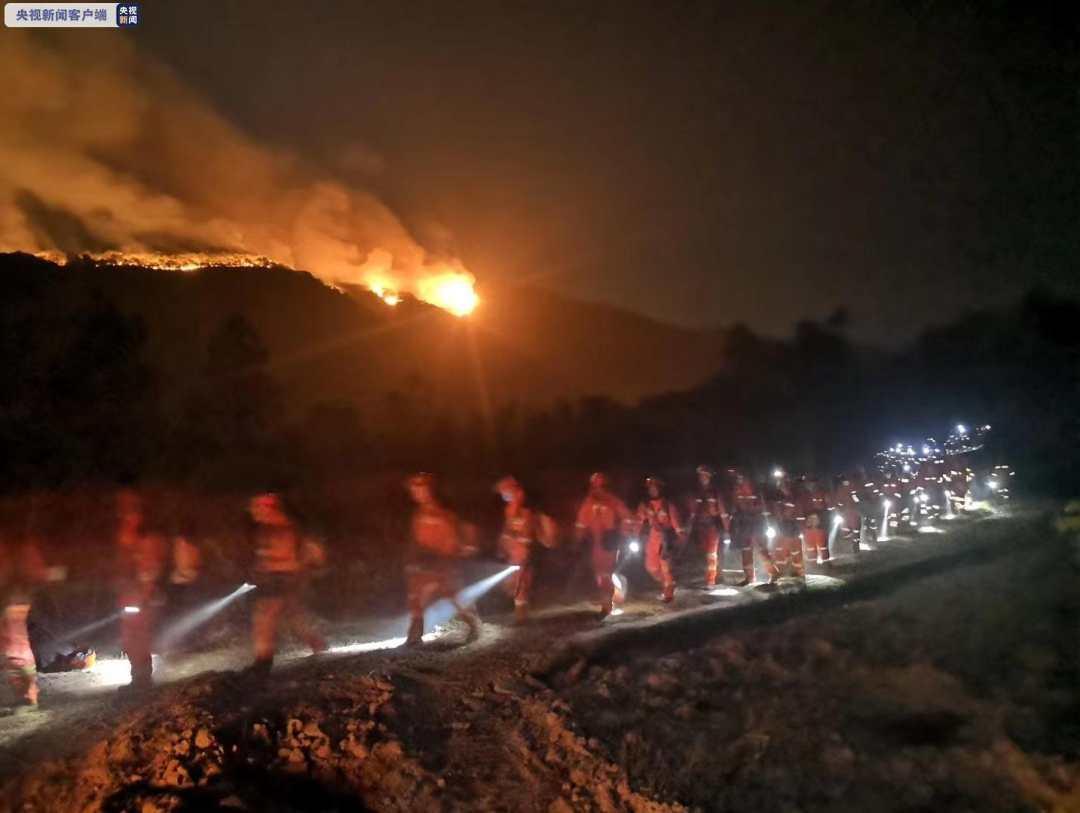 云南:禄丰火场再破隔离带 救援队彻夜扑火
