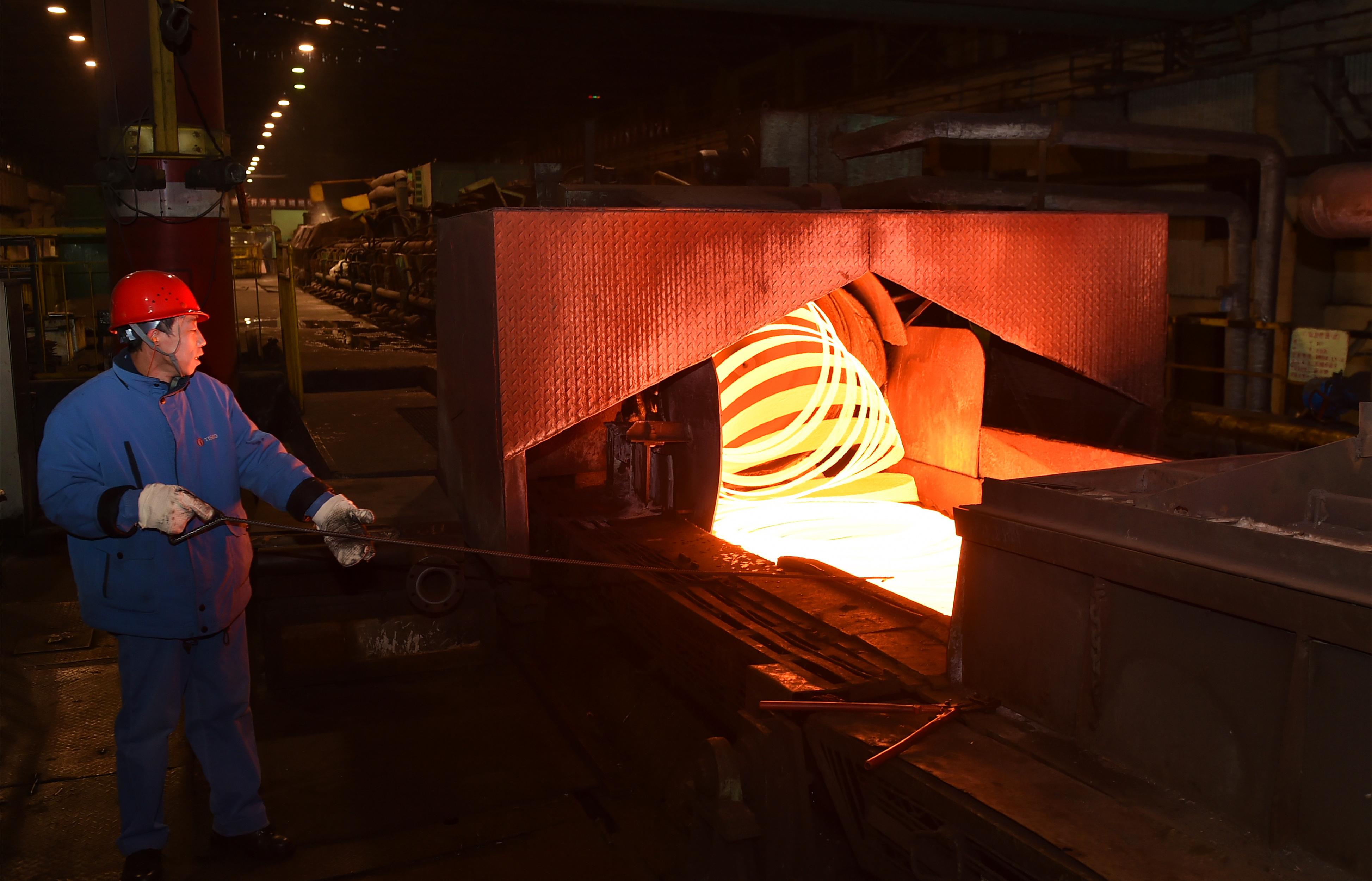 """工人在太鋼集團""""筆尖鋼""""鋼絲生產線上工作(2017年1月10日攝)。 新華社記者 曹陽 攝.JPG"""