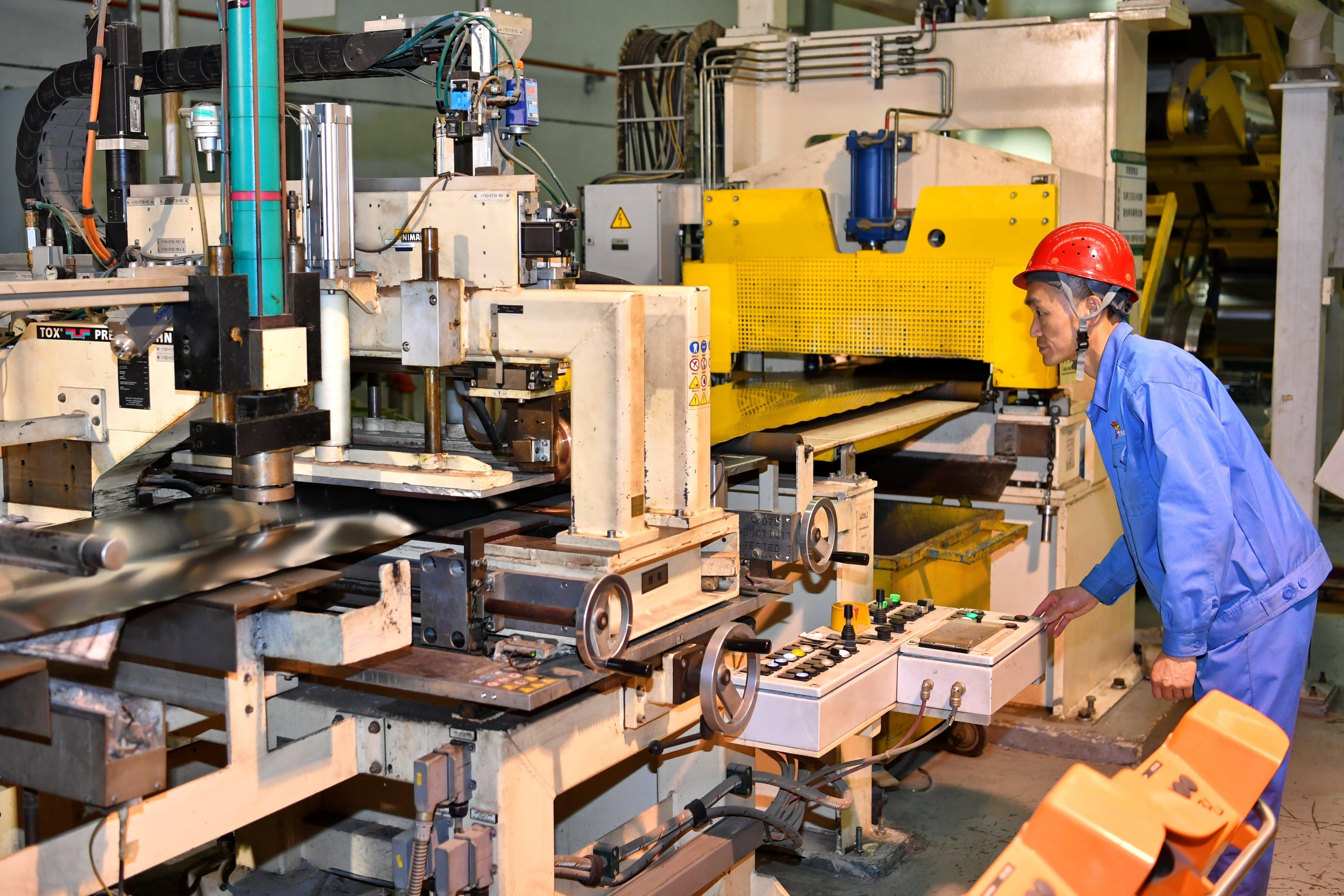 太钢集团员工在操控超薄带状不锈钢的加工设备(5月24日摄)。新华社记者 曹阳 摄.JPG