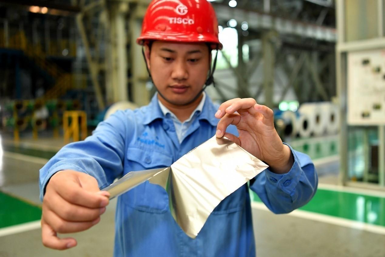 图为太钢员工在展示这一产品。新华社记者 曹阳摄.jpg?x-oss-process=style/w10