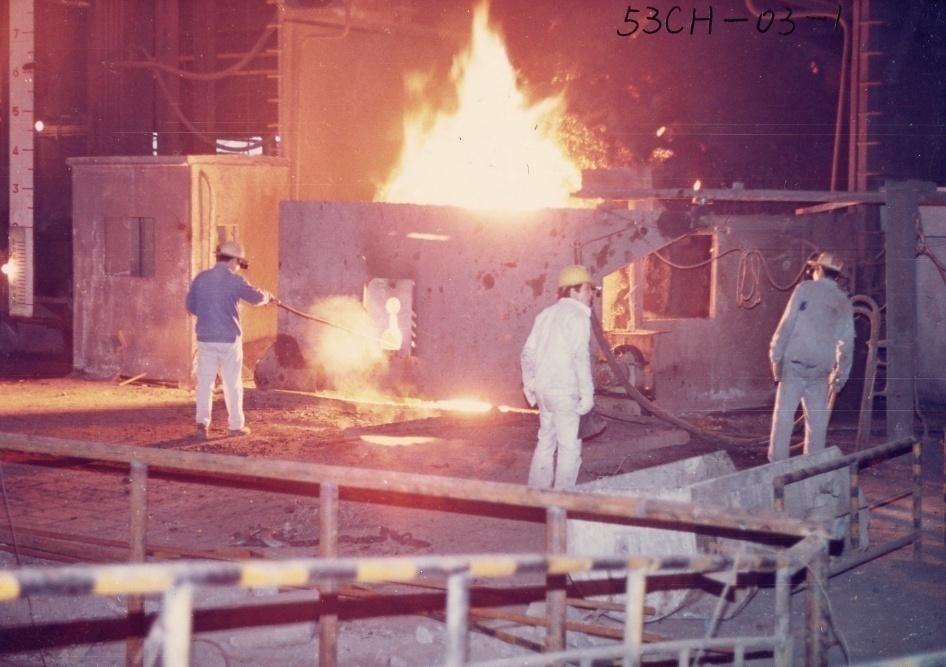 图为80年代初,原马钢第三炼钢厂1号转炉炉前操作台。当时的三钢厂有3座50吨炼钢转炉,年产100万吨钢左右。图片来源:马钢集团档案馆,王军培摄.png?x-oss-process=style/w10