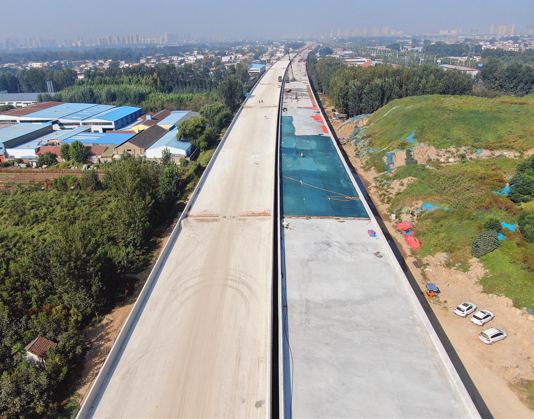 青兰高速莱泰高速改扩建施工现场,拍摄者徐亚亚.JPG