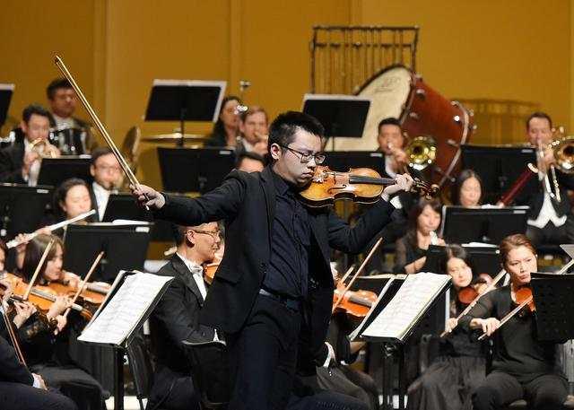 青年小提琴演奏家花卉。