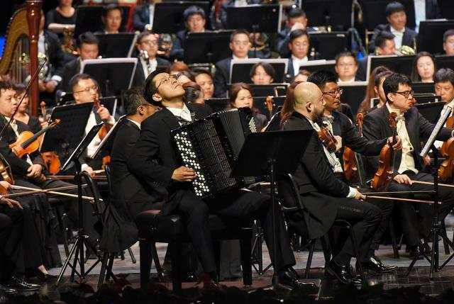 青年手风琴演奏家毛俊澔。