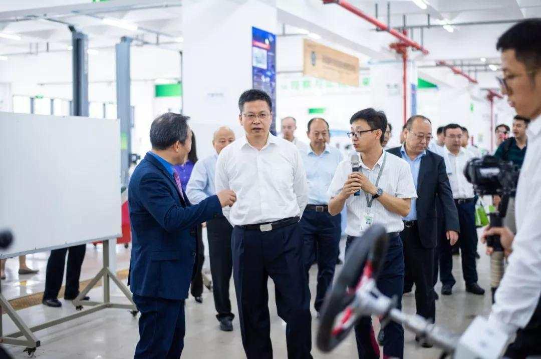 方光华副省长视察新能源汽车技术实训中