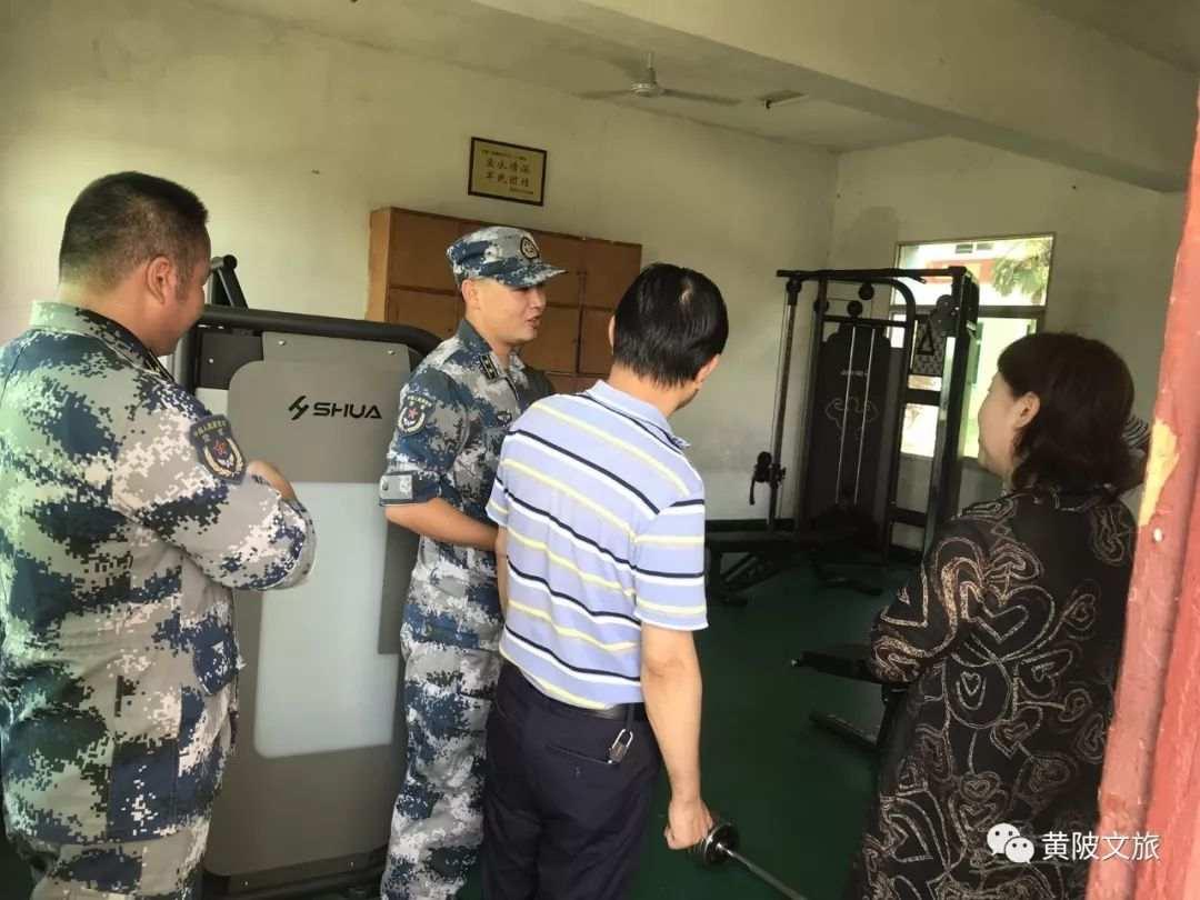 区文旅局代表慰问共建部队官兵。