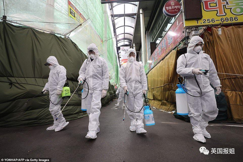 图:韩国大邱对市场进行消毒