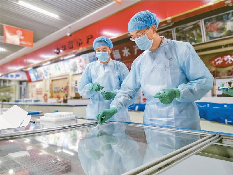 乌鲁木齐市疾控中心全力开展流行病学调查。图为2020年7月25日,乌鲁木齐市疾控中心工作人员对一家海鲜市场外环境进行采样。 新华社发 宋宁/摄