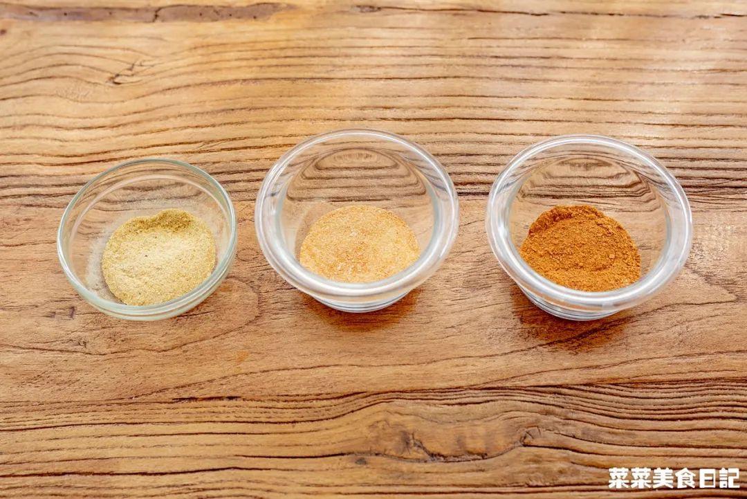 从左往右的原料依次是虾壳、鲜虾、虾干