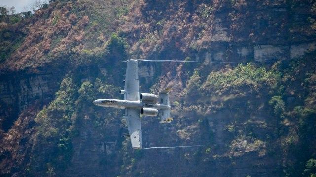 """2019年4月,一架A-10""""雷电II""""在山区附近进行实弹演习"""