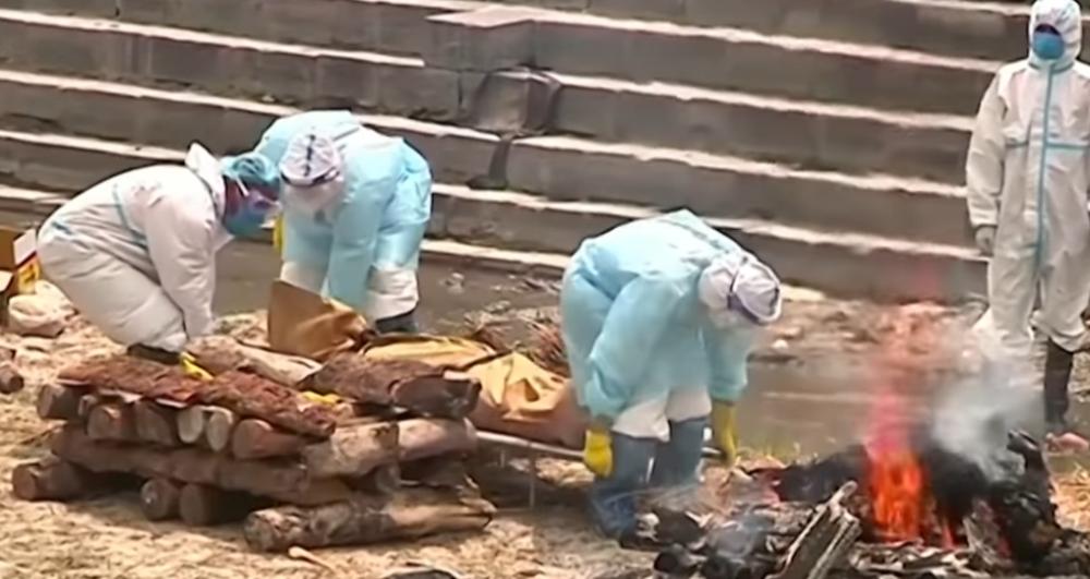 在尼首都加德满都,工作人员正火化新冠死者遗体 图源:《南华早报》视频截图