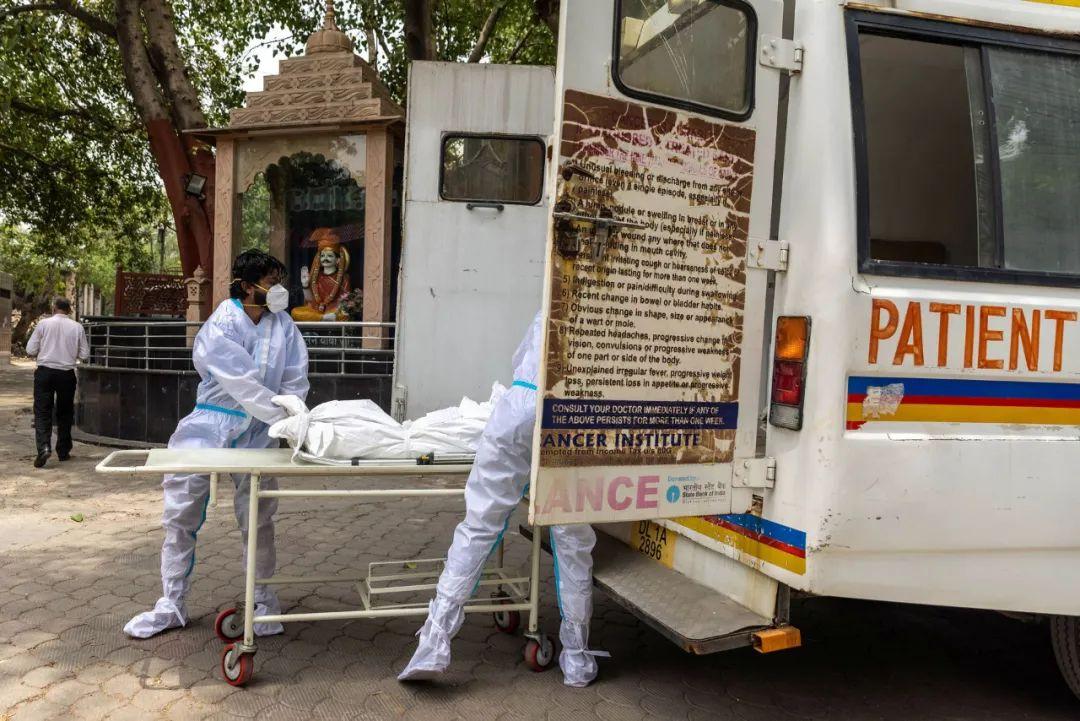 10日新德里一新冠死亡人员被运往火葬场