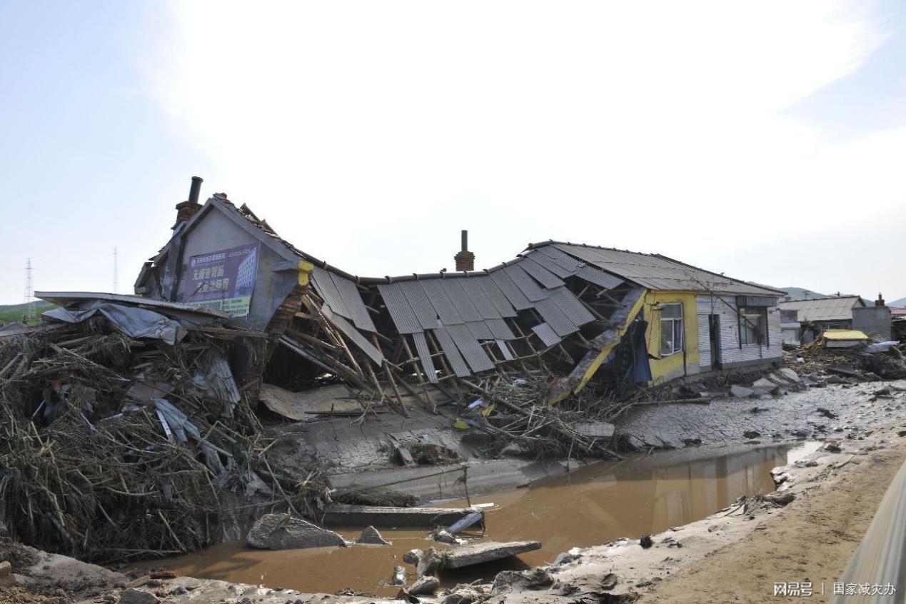 暴雨后倾倒的房屋 (图片来源:国家减灾办)
