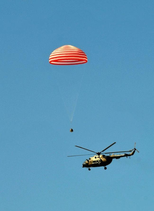 返回舱还在降落时,保障直升机就已经发现其位置 (图片来源:央视截图)